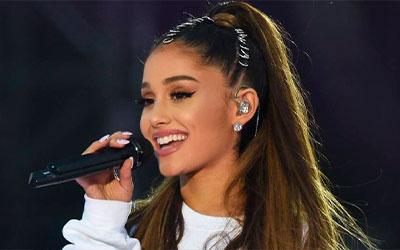 Ariana Grande cantando con el micrófono